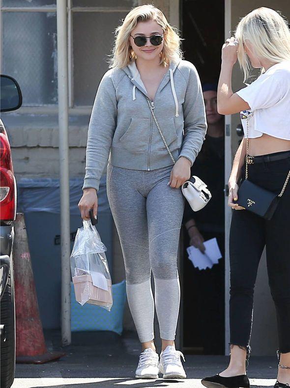 Chloe Moretz está mostrando su apoyo a una causa increíble. La actriz de 20 años de edad fue vista mientras estaba en Beverly Hills, California. La estrella uso unos pantalones grises con una sudadera con...