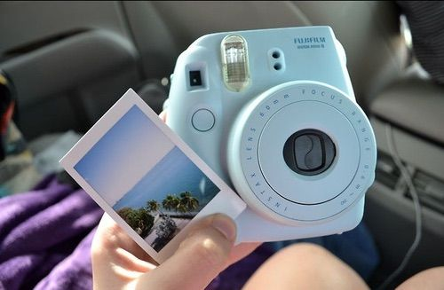 Bild über We Heart It https://weheartit.com/entry/148110072 #beach #beauty #blue #camera #girl #hipster #moment #pastel #photo #polaroid #sea #style #tumblr #море