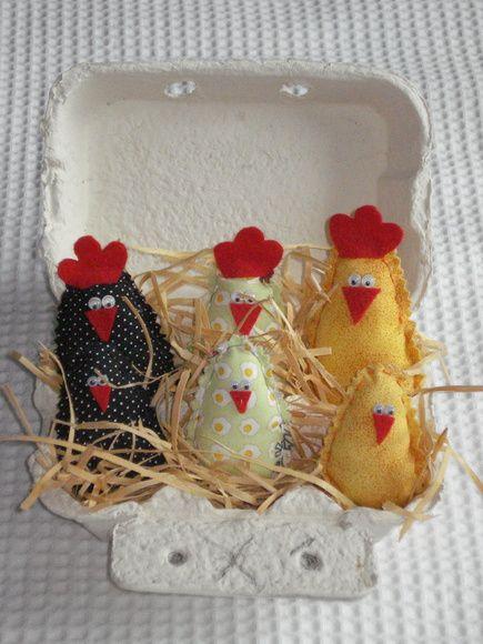 Caixinha de Ovos pintada a mão, com 6 galinhas perfumadas em tecido 100% algodão. Embaladas em celofane e fita de cetim. Pedido mínimo de 10 unidades. Ótima lembrancinha para aniversários, chá de cozinha ou panela, entre outros. R$ 14,00