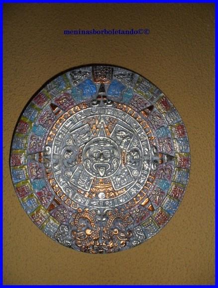 Pedra do Sol, conhecida como Calendário de Pedra Asteca.  A pedra tem no centro a imagem do deus sol, mostrando os dias da semana asteca e versões astecas da história mundial, além de mitos e profecias.  Pintada com tinta óleo, aplicado folhas de ouro e cobre, pátina para finalizar. R$55,00