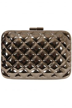 Clutch in fierce model from Heliancé at monroeworld.se. Perfect party-clutch suitable for many different occasions. The clutch consists of a glossy metal surface. It has an incredibly beautiful locks in a beautiful floral pattern embellished with glittering rhinestones. The clutch can hold in your hand and on the arm or shoulder, with the chain provided. The ultimate party bag for fancy occasions. #partytime #monroeworld
