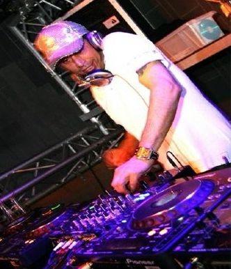 DJ Faar. Inclusief dj set. Draait als zichzelf of als Prince look a like.http://www.funenpartymatch.nl/driveinshows.php