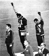 Black Power. Tommie Smith en los JJOO de México 1968, medalla de oro de los 200m lisos, junto con su compatriota John Carlos (bronce).  Agacharon la cabeza y levantaron el puño como símbolo del movimiento del Black Power y en protesta por las tensiones raciales que se vivían en EEUU. https://www.youtube.com/watch?v=aJT5_6zkK6E https://es.wikipedia.org/wiki/Saludo_del_Poder_Negro_en_los_Juegos_Ol%C3%ADmpicos_de_1968 https://www.youtube.com/watch?v=k9NsN0ybTec