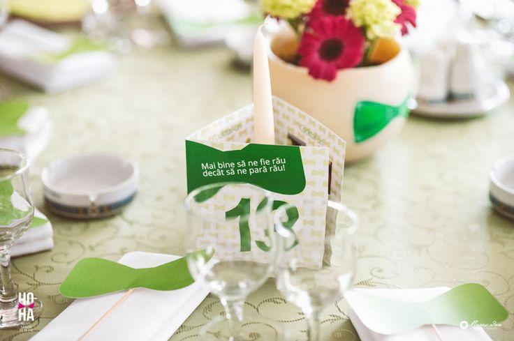 Am pregatit un papion facut de noi pentru fiecare invitat, cu care sa-si poata face poze la masa, alaturi de prieteni.
