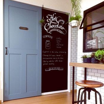 引き戸のスペースを黒板に塗装。使い勝手がないのに、スペースだけとられてしまう場所を有効活用&おしゃれにできるなんて嬉しいですよね。来客のときだけ、ドリンクメニューを書いてカフェ風におもてなしするのも楽しそう。