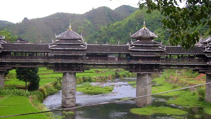 Chengyang Bridge, #Japonia  20 de poze cu poduri impresionante (partea 1).  Vezi mai multe poze pe www.ghiduri-turistice.info  Sursa : www. wikimedia.org: Chengyang Windrain, Built In, Beauty Bridges, Sanjian County, Bridges China, Chengyang Bridges, Windrain Bridges, Amazing Bridges, Covers Bridges