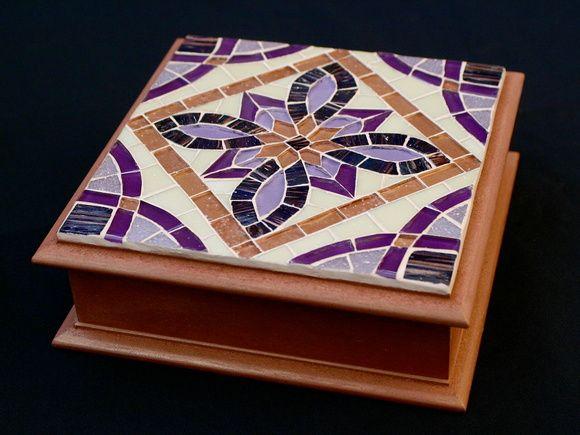 Caixa de mdf com tampa em mosaico de pastilhas de vidro e pintura em pátina na cor cobre. Divisórias removíveis.  Tamanho: 19 x 19 x 7 cm R$ 165,00