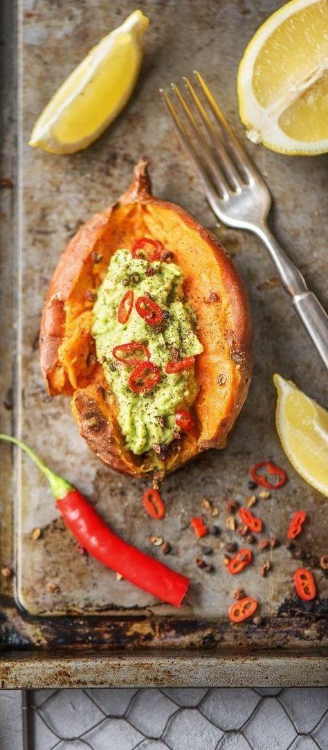 Detox Rezept:Gebackene Süßkartoffel mit Avocadocreme So – genug der Theorie zum Thema Detox! Heute geht es an die Umsetzung. Ich habe für Euch drei leckere, frische Rezepte vorbereitet, die perfekt in Euren gesunden Ernährungsplan für einen #FreshStart passen. Gesund / Detox / Neujahr / Vorsätze / Suppe / Vegan / Laktosefrei / Glutenfrei / Vegetarisch #hellofreshde #gesund #diy #rezept #kochen #detox #suppe #vegan #laktosefrei #glutenfrei