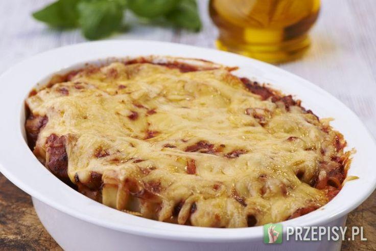 W dużej misce wymieszaj mięso mielone z przyprawami, przeciśniętym przez praskę czosnkiem i dwiema łyżkami wody.   Mozzarellę odcedź, pokrój w kostkę i dodaj do mięsa. Wszystko dokładnie wymieszaj.   Nadziewaj surowe rurki makaronu cannelloni masą mięsną. Możesz użyć do tego rękawa cukierniczego lub torebki foliowej z odciętym rogiem.   Naczynie żaroodporne wysmaruj margaryną i układaj napełnione rurki.  Cannelloni zalej dokładnie sosem Spaghetti Toscana Knorr. Całość posyp startym serem…