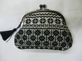 embroidery kiss clasp purse