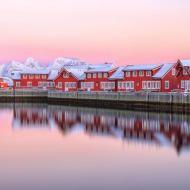 Le tipiche case rosse e il cielo rosa del tramonto. Svollvaer. I