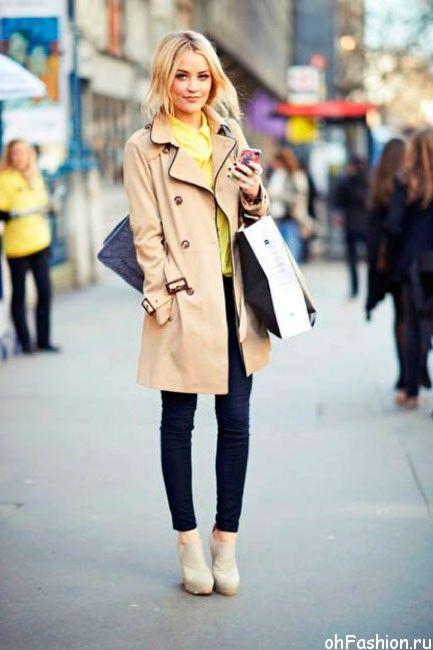 С тренчем велеколепно сочетаются обтягивающие джинсы и высокие каблуки