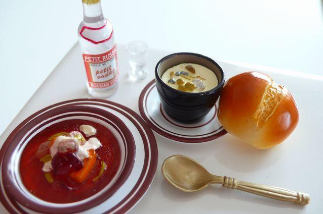 きのこのツボ焼きとボルシチ ロシアのスープは具だくさんだそうです。 温かいスープとウォッカが、 冷えた体にしみ込みます。