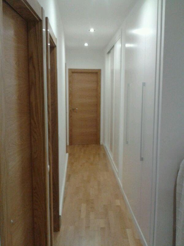pasillo con tarima de roble puertas modelo l roble y dos armarios lacados uno