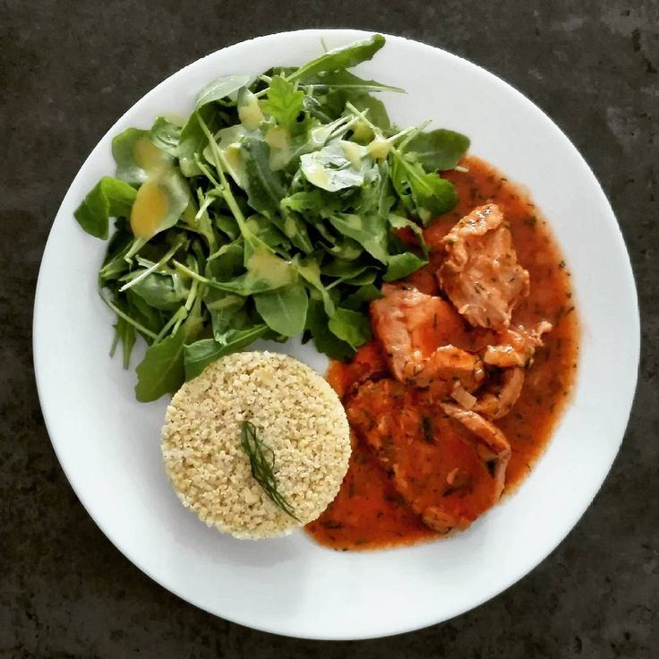 Schab gotowany w sosie pomidorowo-koperkowym na 350 kcal. B: 33g T: 12g W: 33g Bł: 2g ➖➖➖➖➖➖➖➖➖➖➖➖➖➖➖➖➖ 120 g schabu 1/2 małej cebuli 1 ząbek czosnku 1 łyżka sosu sojowego 250-300 ml wody 1 łyżeczka mąki 1 łyżeczka koncentratu pomidorowego koperek, pieprz, 1 liść laurowy, 1 ziele angielskie 30 g kaszy jaglanej rukola (sos: musztarda+miód+oliwa)  W garnku zeszklić cebulę pokrojoną w kostkę i posiekany czosnek. Zalać gorącą wodą, dodać sos sojowy i zagotować. Mięso pokroić w 0,5 cm plasterki i…