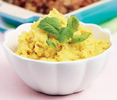 Potatismos med dijonsenap | En variant på vanligt potatismos, men med lite extra sting. Med smör och socker lyfter du fram potatisens smaker och med hjälp av gurkmejan får du en fantastisk färg på moset.