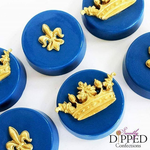 Chocolate covered Oreos for a Royal Prince themed baby shower ♡ Crown mold from @lavendersbakeshop Filigree mold from @michaelsstores #royalprinceoreos #chocolatecoveredoreos #royalprincebabyshower #royalprincetheme