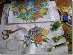 2 -  ༺✿ •✿• ✿༻  Almofadas em  Ponto Cruz com Flores Amor- Perfeito -  /  ༺✿ •✿• ✿༻   Cushions Pad  under Cross Stitch Graphic  with Flowers Perfeitolove-in-idleness -