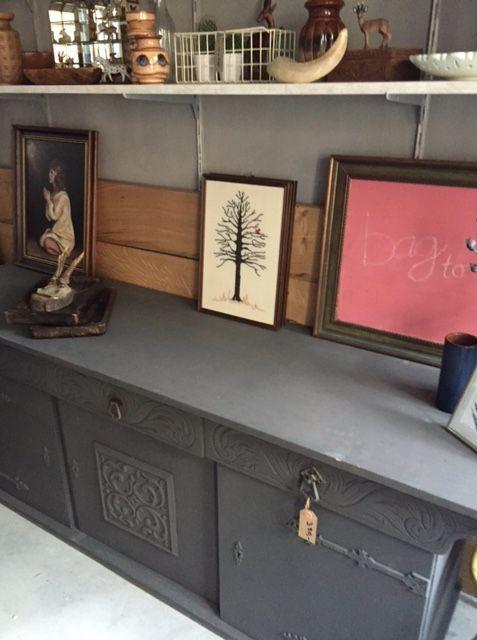 VERKOCHT! Vintage dressoir, echt oud geschilderd met kalkverf. 1.86cm lang/ 48,5 cm diep/ 89 cm hoog. Doe een goed bod!