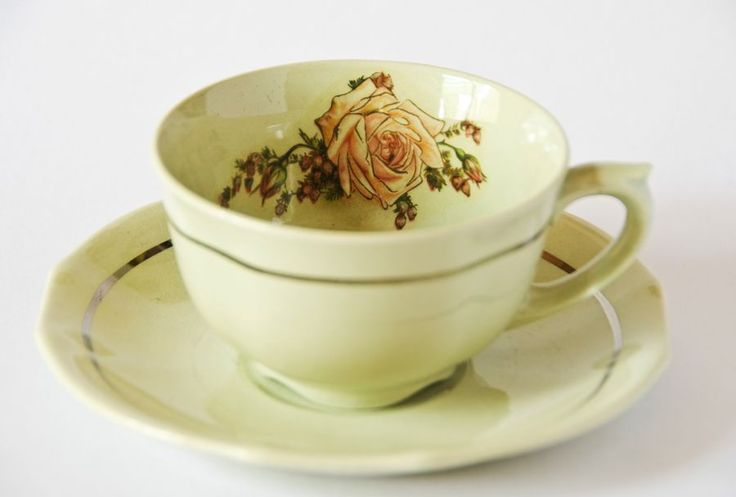 Taza de te finlandesa (Arabia) antigua, intervenida (II) Old finnish (Arabia) tea cup, intervened (II).