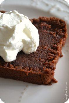 Délicieux, c'est le mot... Une cuisson juste, un aspect magique, dense, humide, du sucre plein la bouche justement dosé. Un goût intense de crème de marron. Et pour le sublimer (ou pas, soyons honnête, il se suffit ! ), un nuage de chantilly aux graines...