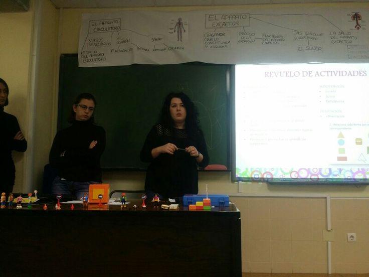 Mari Cruz explica una de las actividades propuestas