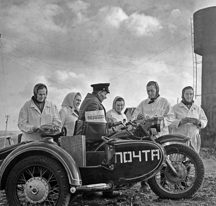 Винницкая область. Сельский почтальон на животноводческой ферме. 1973 г
