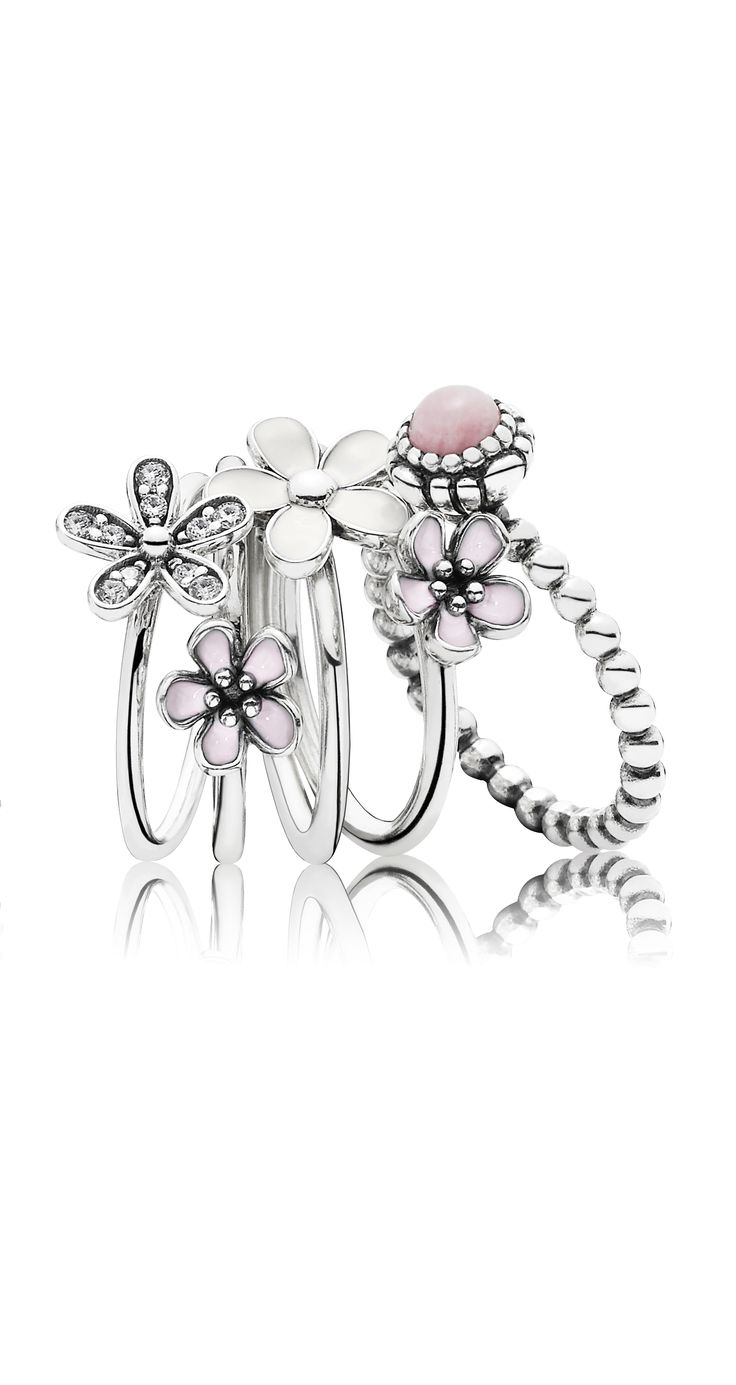 Make your outfit flourish with this blooming ring stack. The perfect combination for spring and summer. #PANDORA #PANDORAring