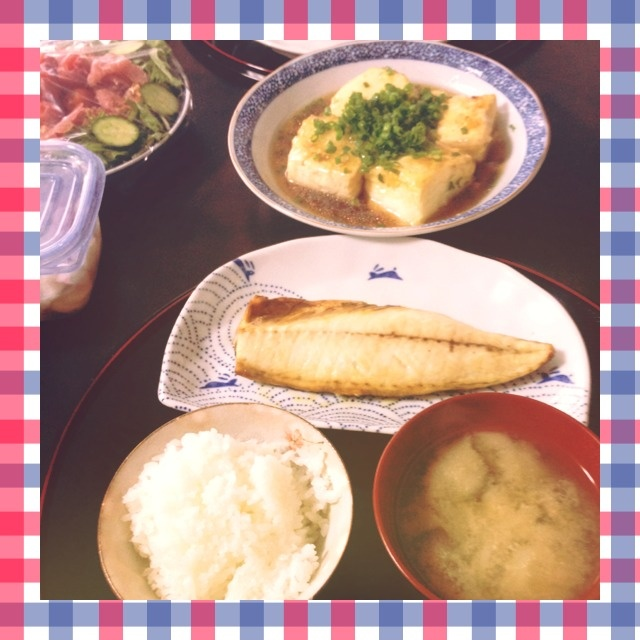 夕ご飯:塩鯖のグリエ、揚げ出し豆腐、水菜と生ハムのサラダ(トマト、胡瓜)、茄子と小蕪のお味噌汁、紫大根の浅漬け。