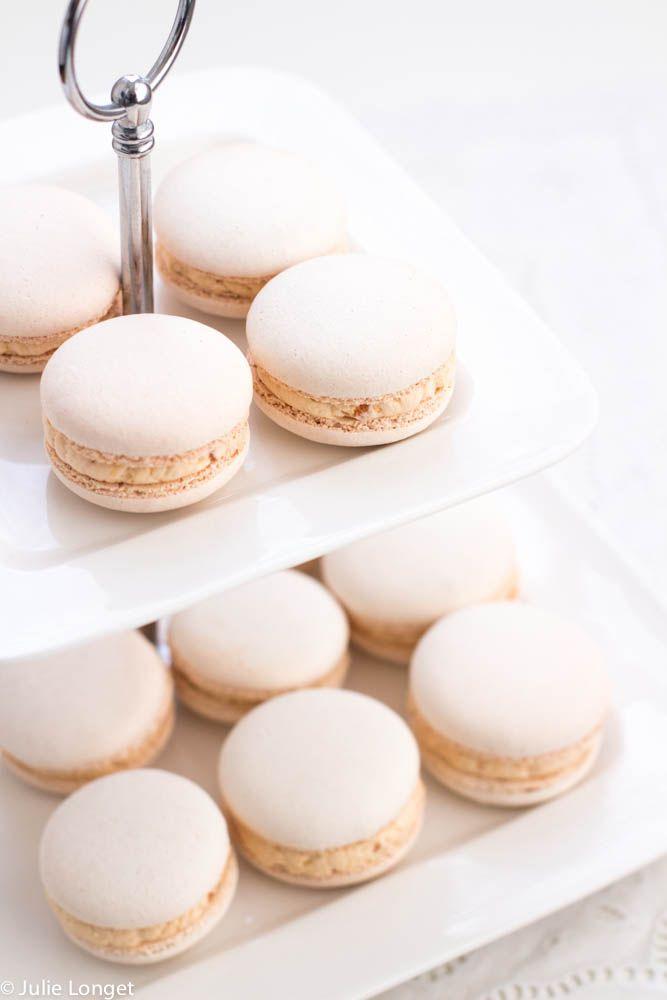 Pour 25 petits macarons : 135g de poudre d'amande 135g de sucre glace amylacé 3,5cl d'eau 135g de sucre en poudre 100g de blancs d'œufs Séparer le blanc d'œuf en 2 (soit 2x 50 g) Mettre dans un mix...