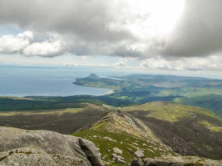 Ich nehme den Goatfell auf der Isle of Arran in Schottland unter die Wanderstiefel. Der Goatfell ist der höchste Berg der Insel und ein beliebtes Ausflugsziel. Was ich erlebt habe und was mir nicht so gut gefallen hat erzähle ich dir jetzt. Viel Spaß! Nun stand ich also am Startpunkt unserer Wanderung auf der Isle …
