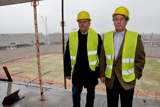 Juan Pedro Damiani, presidente de Peñarol y el Esc. Wilmar Valdez, presidente de la AUF, con el caso puesto, el viernes en el Estadio de los aurinegros.
