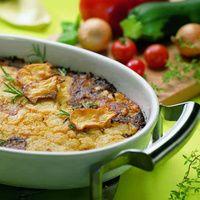 Den Backofen auf 180 °C vorheizen. Zwiebel würfeln. Zucchini schälen, in Scheiben schneiden. Schnitzel in Streifen schneiden und in Butterschmalz...