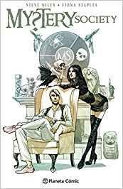 Juntos, Nick y Anastasia -marido y mujer- dan forma a la Sociedad Misterio. Son ricos, cultos, disponen de recursos y están decididos a desentrañar los secretos paranormales del ombligo del mundo. Además, están buscando afiliados. Por suerte para ellos, una muerta llamada Calavera Secreta, dos gemelas que Nick rescata del Área 51 y un robot con el cerebro de Jules Verne están preparados para unirse a ellos...(Amazon).