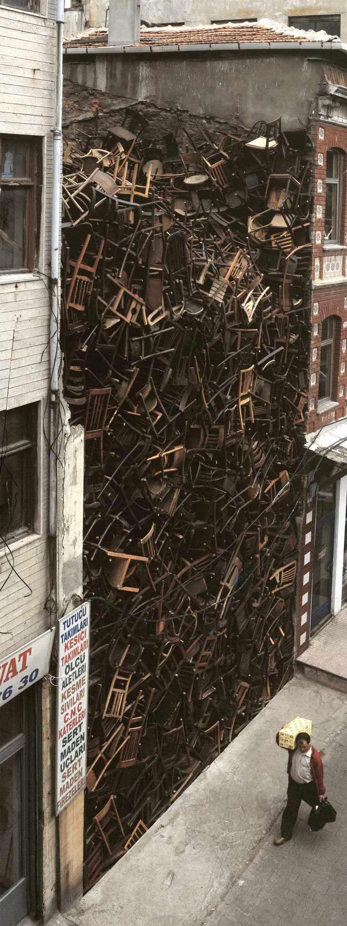 Doris Salcedo, Topographie de la guerre 1600 chaises sur un espace vide entre deux bâtiments à Istanbul.