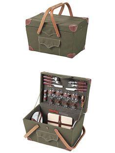憧れのピクニックセットは、バーベキューグッズやアウトドア用品で人気の英国ブランド、「ダイレクトデザイン」のものをチョイス。ワイングラス、ワインオープナー、食器、チーズボード、ナイフ、フォーク、スプーン、調味料入れがセットになっている。4人でのピクニックはこれで完璧! 「ダイレクトデザイン」 ピクニックバスケット (W46×D30×H28cm) ¥25,200 ■お問い合わせ / シボネ青山 tel.03-3400-3434 http://www.cibone.com