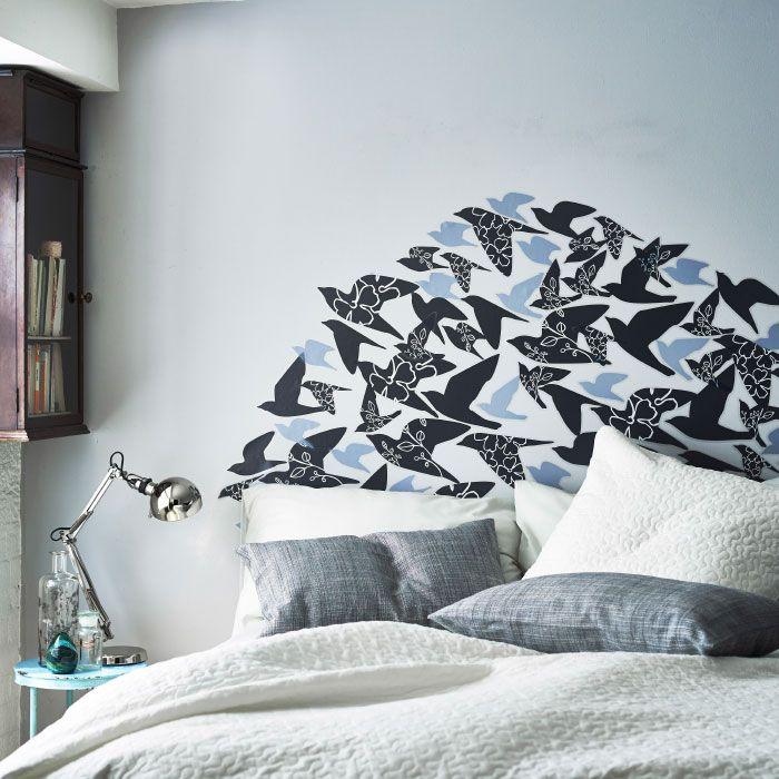 Gebruik SLÄTTHULT stickers om in je slaapkamer een hoogst individueel hoofdeinde te maken.