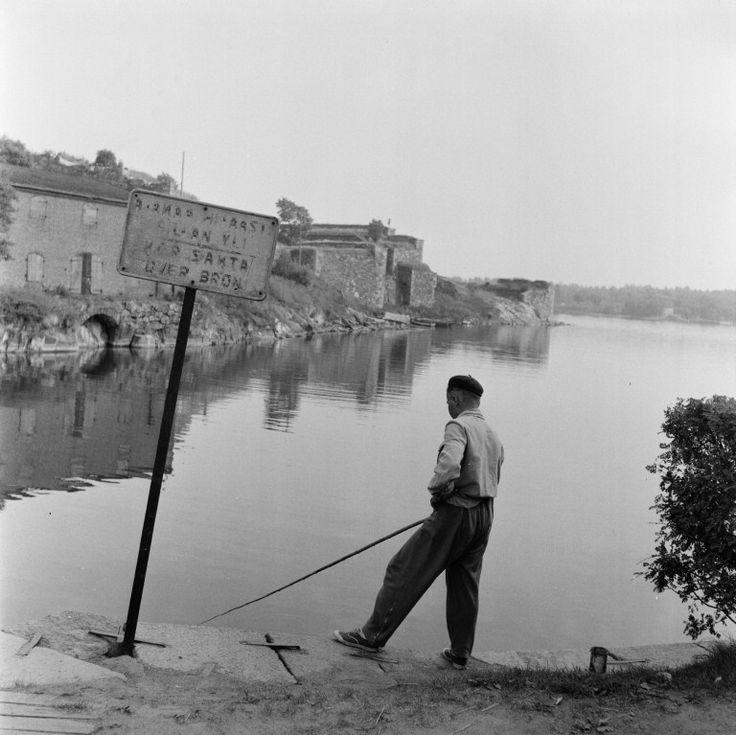 Suomenlinna, Susisaari. Poika kalastaa Tykistölahden...