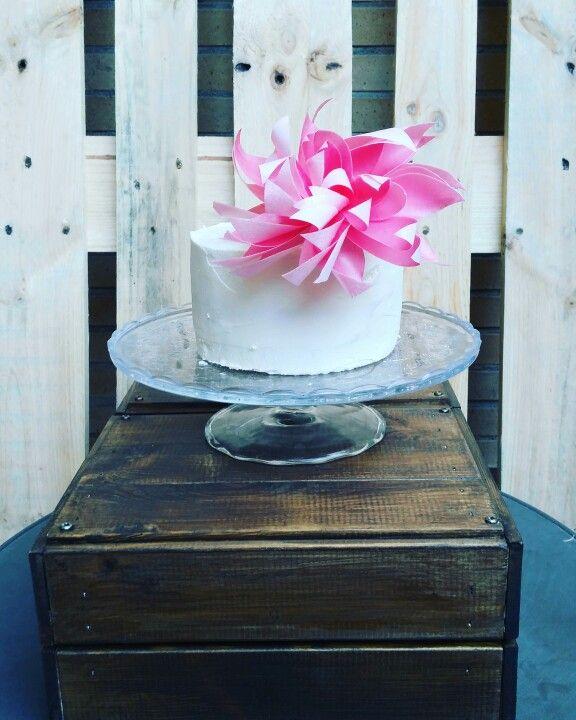 Tarta con flor de oblea.