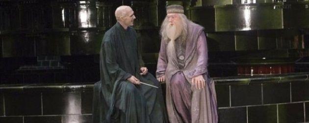 """Não tem nada mais fanboy do que ficar procurando fotos e informações sobre os atores """"fora de cena"""" de seus filmes preferidos. E a gente ADORA fazer isso. Por isso, hoje vou presentear vocês com 23 imagens que vão mudar a maneira que você enxergar os filmes e os atores de Harry Potter: 1) Dumbledore…"""