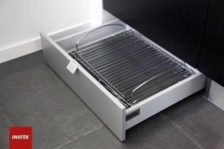 Sokkelskuffer giver ekstra opbevaringsplads i det lille køkken