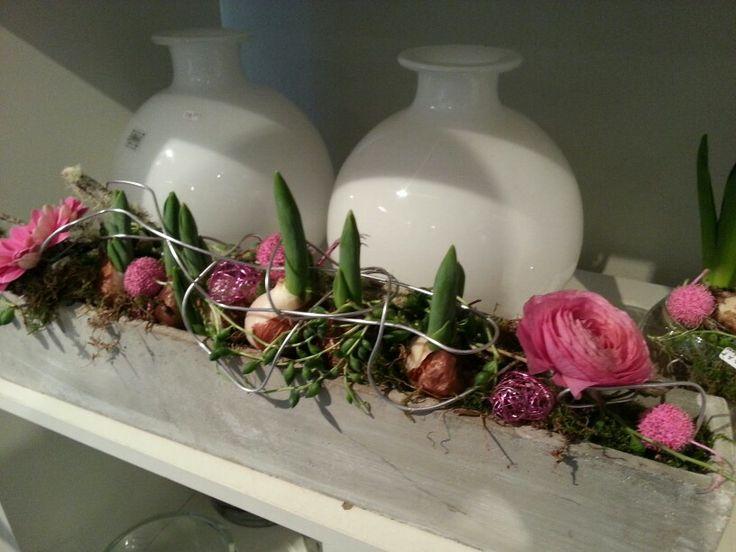 Voorjaar bloemstuk &bloemen   &bloemen   Pinterest   Spring flower arrangements, Spring flowers ...