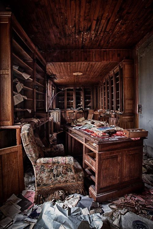 Abandoned room in the Villa Amelie.