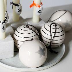 """Cinnamon Home - Monochrom Ornament, """"Stripes"""" von House Doctor für Weihnachten auf Dänischen Art und Weise"""