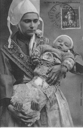 Plougastel-Daoulas - mère et bébé. 1901