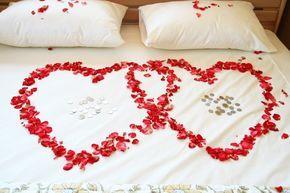 Blumen im Waschbecken oder Folie über der Toilette - von diesen Streichen zur Hochzeitsnacht sind nicht alle Brautpaare begeistert. Damit die Freundschaft nicht leidet, sollte man sich gut überlegen, welche Hochzeitsstreiche man den frisch Angetrauten zumuten möchte.