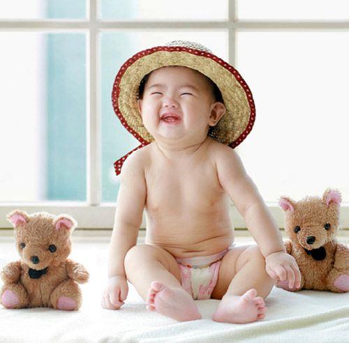 Bé ngồi chơi cùng với nụ cười tươi rói, khoảnh khắc đẹp