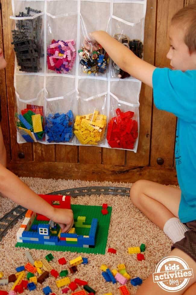 Lego Storage Ideas: The Ultimate Lego Organisation Guide zo'n tas is gemakkelijk te naaien ; maar is ze praktisch voor de kleine bouwer ?? En waar hang je ze op ??