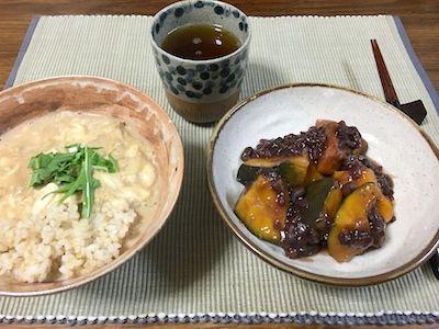南瓜を小豆で煮て小倉煮を作りました。いとこ煮とも呼ぶそうです。ごはんは湯葉丼