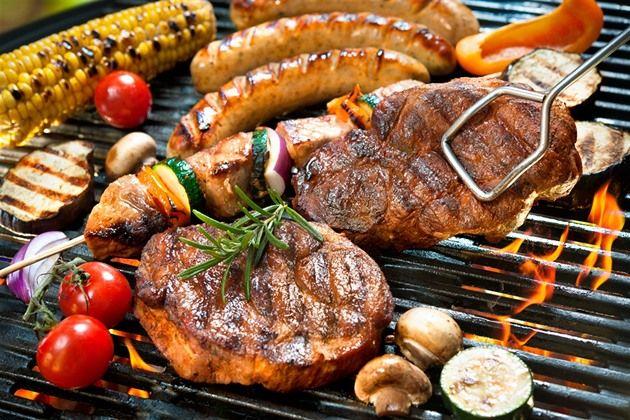Uvařené domácí jídlo je odjakživa považováno za zdravější alternativu než jídlo zfastfoodů či restaurací, ale že pokrm, který si uvaříte doma, je doopravdy zdravý, si jisti být nemůžete. Vše totiž záleží na tom, jakým způsobem jídlo připravíte. Je nutné snažit se zachovat živiny vjídle, zatímco jej upravujete. Vtomto článku se dozvíte, jaké jsou nejzdravější metody …
